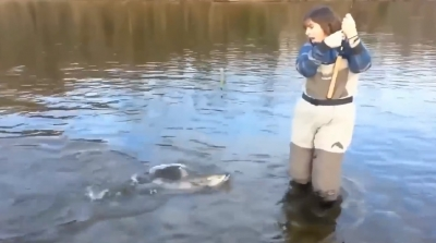 Смотреть онлайн Кто кого: девушка или рыба!