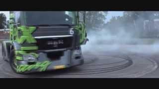 Смотреть онлайн Дрифтует на грузовике