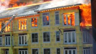 Смотреть онлайн Пожарники спасли мужчину из горящего здания