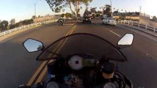 Смотреть онлайн Мотоциклист умудрился не попасть в аварию