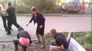 Смотреть онлайн Уличная драка пьяных девушек