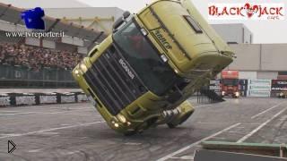 Смотреть онлайн На грузовике на двух колесах