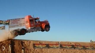 Смотреть онлайн Прыжок с трамплина на грузовике
