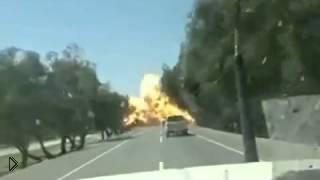 Бензовоз взорвался прямо на дороге - Видео онлайн