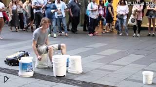 Смотреть онлайн Уличный музыкант классно играет на вёдрах