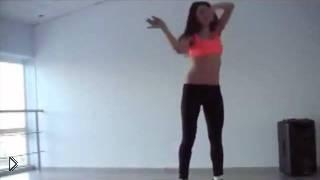 Смотреть онлайн Красивая девушка танцует go-go на пуантах