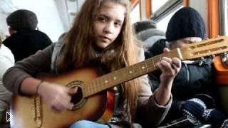 Смотреть онлайн Красивая девушка очень хорошо поёт