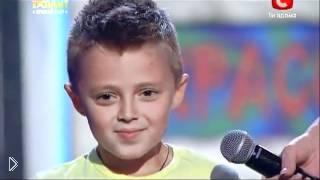 Смотреть онлайн Мальчик красиво танцует на известном шоу