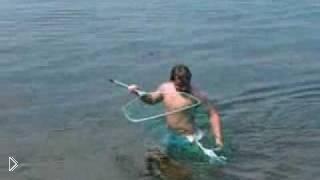 Смотреть онлайн Парень поймал в озере странное существо несси