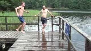 Смотреть онлайн Подскользнулся перед прыжком в воду