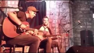 Смотреть онлайн Парни талантливо играют на гитаре