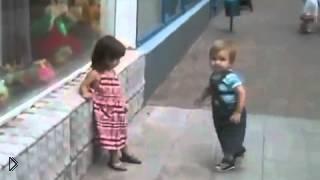 Смотреть онлайн Мальчик пристает к девочке: давай поцелуемся!