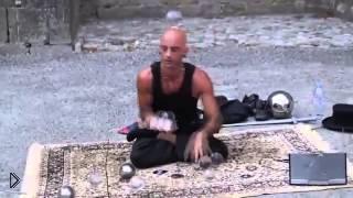 Смотреть онлайн Невероятный иллюзионист с летающим шариком