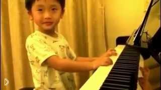 Смотреть онлайн Маленький мальчик классно играет на пианино