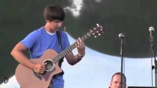 Смотреть онлайн Парень очень классно играет на гитаре