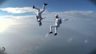 Смотреть онлайн Спортсмены парашютисты на скорости показывают акробатические трюки