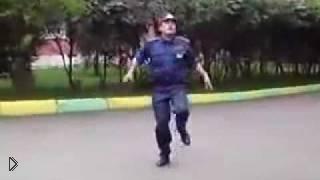 Смотреть онлайн Танец от инспектора ДПС – настоящий прикол для автолюбителей