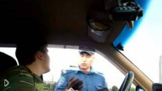 Смотреть онлайн Украинский гаишник пытается понять на английском. Реальный прикол!