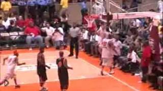 Смотреть онлайн Невероятный баскетболист вертится и забивает гол