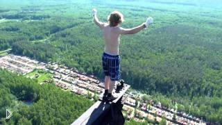 Смотреть онлайн Парень на высоте 215 метров рискуя жизнью