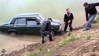Смотреть онлайн Мужики утопили машину на рыбалке