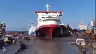Смотреть онлайн Корабль на полном ходу врезается в берег