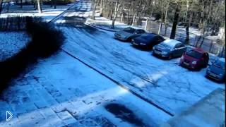 Смотреть онлайн Дерево падает на припаркованную иномарку