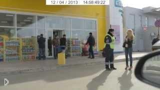Очень смешное падение инспектора ДПС через мусорку - Видео онлайн