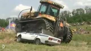 Смотреть онлайн Трактор переехал машину ДПС