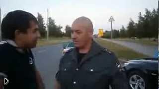 Смотреть онлайн Массовая драка гаишников с невменяемым водителем