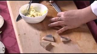 Смотреть онлайн Рецепт канапе с селедкой и огурцом на шпажках