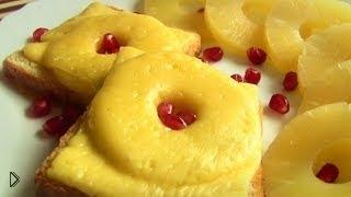 Смотреть онлайн Горячий бутерброд с сыром и ананасами на сковороде
