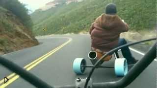 Смотреть онлайн Экстремальный спуск с горы на велосипедах