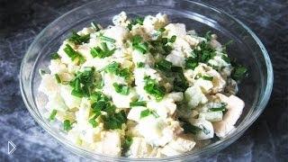 Смотреть онлайн Готовим салатик из картофеля, яиц и плавленного сыра