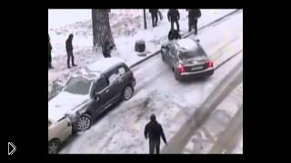 Смотреть онлайн Человек остановил машину одним движением руки