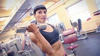 Смотреть онлайн Тренировка мышц рук для девушек в зале