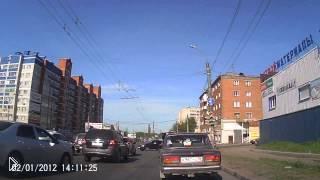 Смотреть онлайн Неадекватный водитель напал на автомобилиста с топором