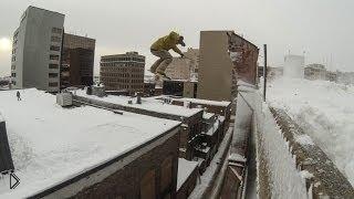 Смотреть онлайн Парень на сноуборде прыгает с крыши
