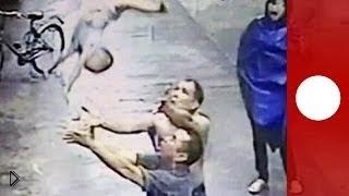 Смотреть онлайн Китайцы ловят сброшенного из окна ребенка 22 мая 2014