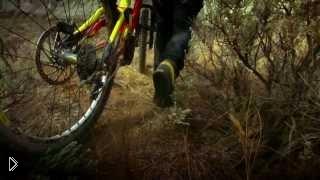 Смотреть онлайн Трюки и катание на скорости на горных велосипедах
