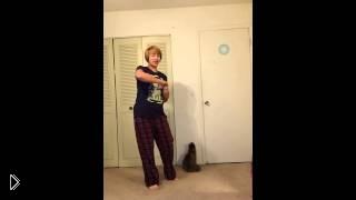 Смотреть онлайн Кот мешает хозяйке репетировать песню