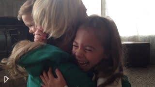 Смотреть онлайн Долгожданный подарок в киндер-сюрпризе для детишек