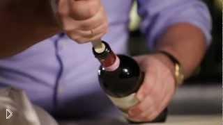 Смотреть онлайн Как открыть бутылку, если рядом нет штопора