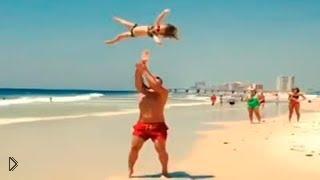Смотреть онлайн Маленькая девочка шокирует пляж своими трюками