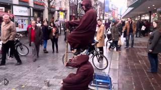Смотреть онлайн Уличная магия: парень сидит в воздухе над землей