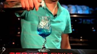 Смотреть онлайн Как сделать коктейль Голубая Лагуна