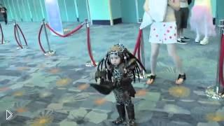 Смотреть онлайн Маленький мальчик в костюме Хищника