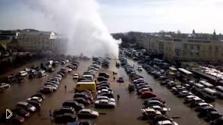 Смотреть онлайн Фонтан из-под асфальта в Смоленске 20 апреля 2013