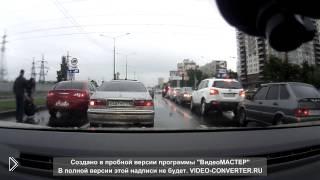 Смотреть онлайн Драка на дороге: водитель нарвался на амбала