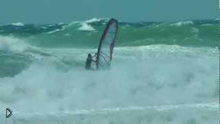Смотреть онлайн Экстремальные трюки виндсерфинга в шторм